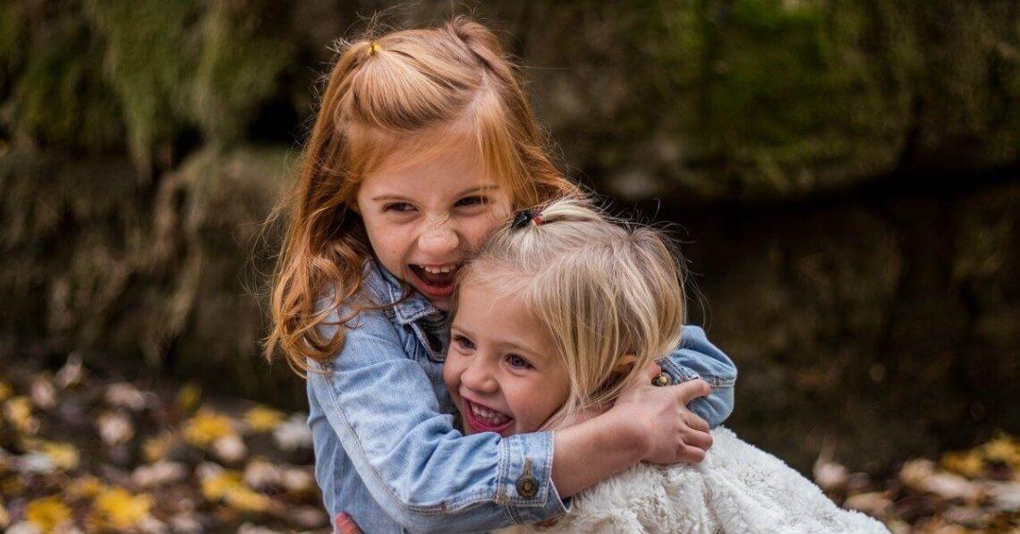 dwie małe dziewczynki