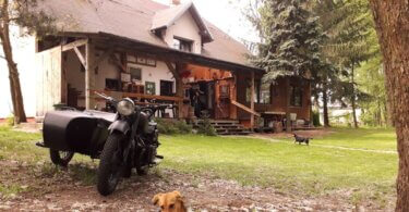 Dom należący do gospodarza i motor